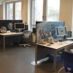 """Die beiden Experimentierstationen """"Schwerelosigkeit"""" und """"Lageregelung: Hightech für Satelliten""""."""